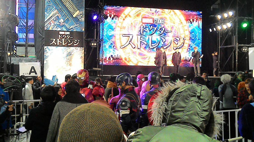 自分の位置からステージを撮影。取材を受けてるアイアンマンとキャップ、こっち見てるスパイディ