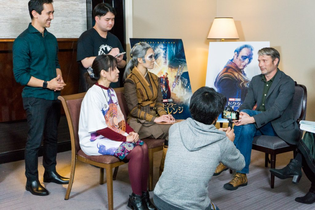 インタビュー風景。カエシリウスの衣装とメイクで登場したコスプレイヤー、エリナさんに驚いておられました。